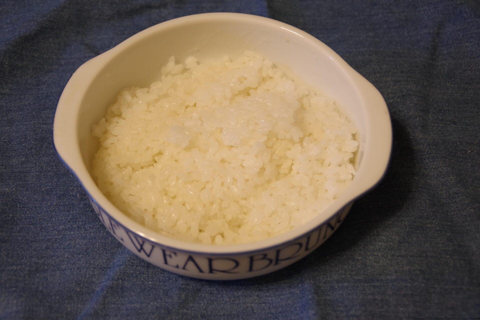 グラタン皿にご飯を盛る。